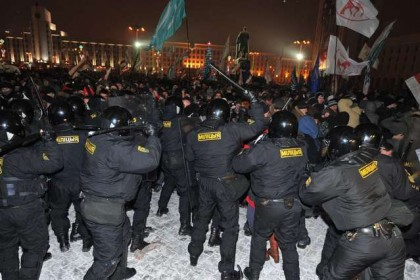Protesters clash with riot police during an opposition rally in Minsk early on December 20, 2010. Belarus police arrested hundreds of protestors as they used force to break up a mass demonstration against the expected re-election of President Alexander Lukashenko in disputed polls on Sunday. AFP PHOTO/ VIKTOR DRACHEV